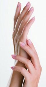 Контакт с носителем заболевания становится причиной появления бородавок даже на самых ухоженных ручках