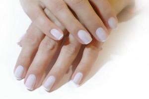 Если у вас узкие пальцы, то квадратная форма ногтей коротких вам подойдет