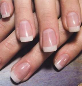 Французский маникюр отлично смотрится именно на коротких ногтях