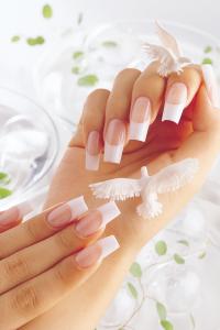 Даже простой френч-дизайн сделает ногти невесты необыкновенными