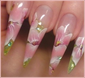 Естественным процессом роста ногтей нарушается целостность наращенного гелем ногтя и требуется плановая коррекция