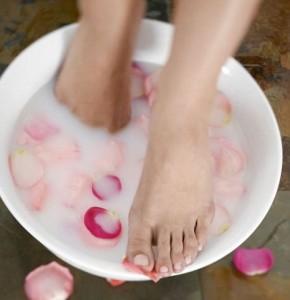 Мыльно-соляная ванночка - отличное средство для лечения грибка ногтей ног