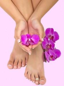Чтобы кожа ног стала очень нежной, наносим массажными движениями питательный крем