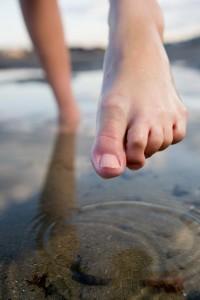 С момента заражения может пройти несколько месяцев перед тем, как появится бородавка на ноге