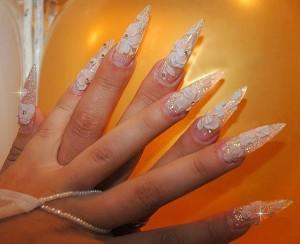 Объемный дизайн на острых ногтя - восхитительное решение свадебного маникюра