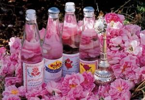 Розовая вода отбеливает ногти