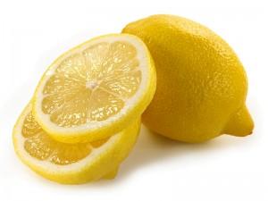 Лимон укрепляет, отбеливает и восстанавливает поврежденные ногти