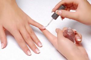 Перед созданием рисунка наносим на ногти базовое покрытие