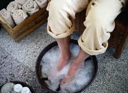 Чтобы ножки легко привести в порядок, необходимо их предварительно распарить