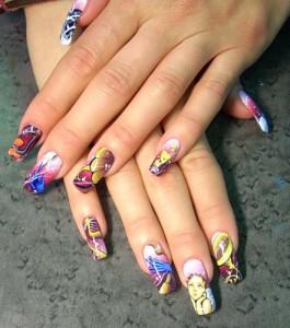 Художественная роспись ногтей привлекает внимание окружающих