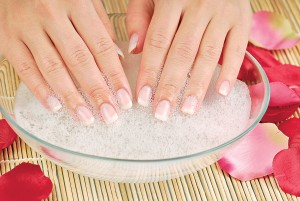 Солевая ванночка - отличное средство для восстановления поврежденных ногтей