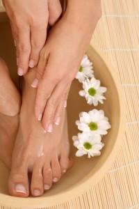 Избавиться от проблемы вросшего ногтя можно с помощью ванночек с ромашкой