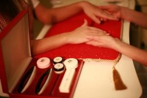 Перед процедурой мастер внимательно осмотрит ваши ногти, чтобы подобрать правильную систему ухода