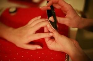 Полировочным блоком Кичин в ногти втираются паста, насыщенная полезными веществами