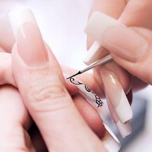 В завершение гелевого наращивания наносим на ногти рисунок или просто покрываем лаком