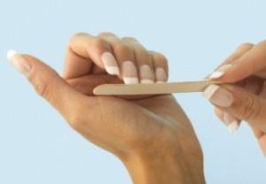 Подпиливайте ногти аккуратно в одну сторону