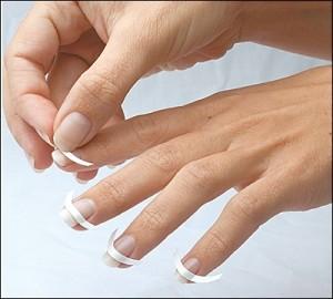 Облегчить процедуру нанесения белой линии можно с помощью полосок для французского маникюра