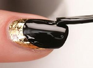 Покрываем лаком оставшуюся часть ногтя
