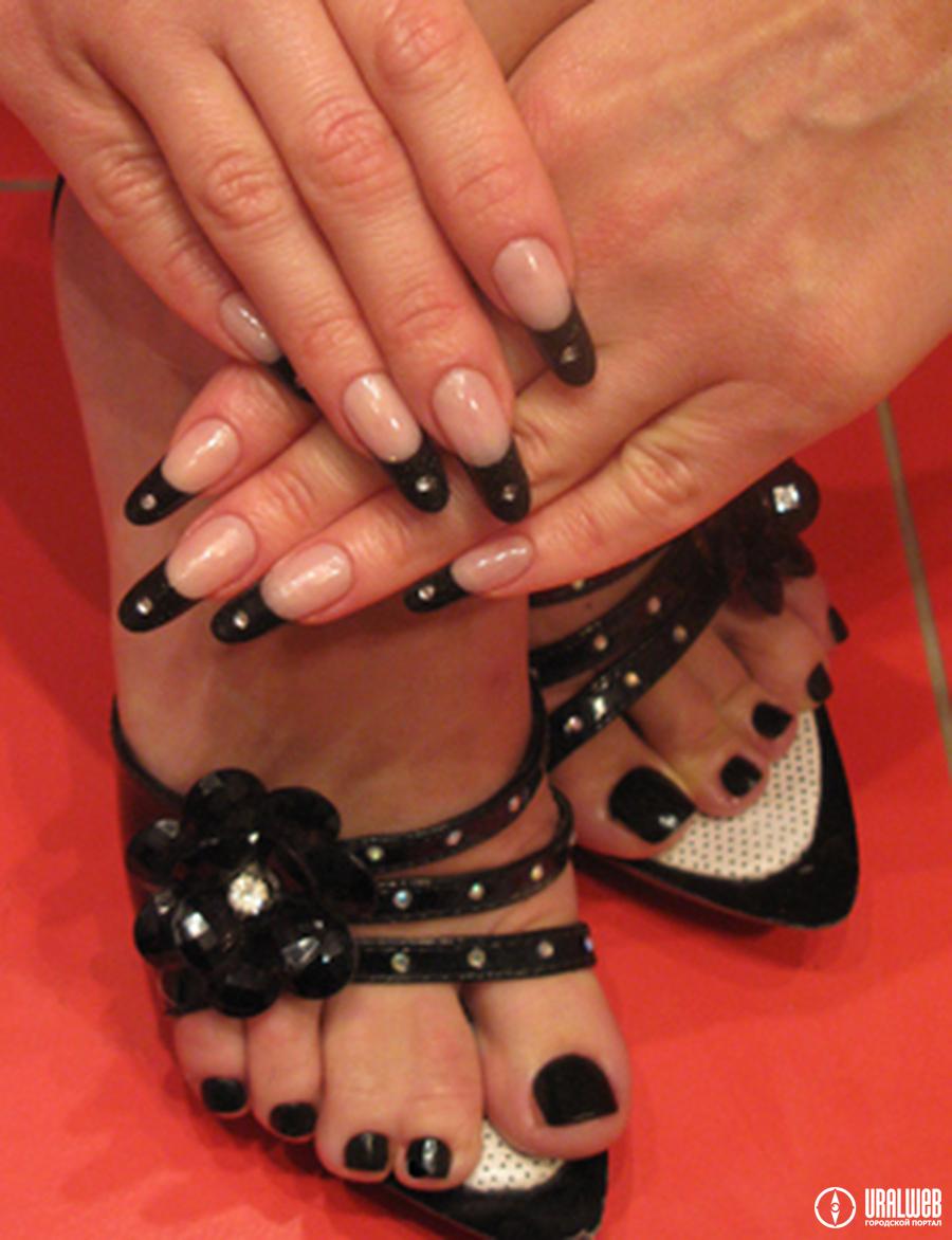 Дизайн ногтей на ногах черный