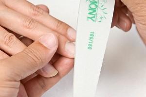 Перед наращиванием, для лучшего сцепления геля и ногтевой пластины. шлифуем ноготь