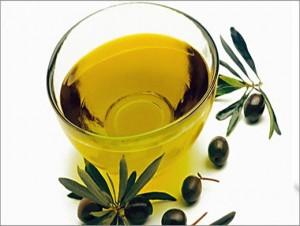 Теплое оливковое масло бережно ухаживает и восстанавливает ногти