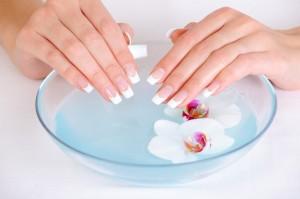 Ванночки с морской солью - хорошее средство для укрепления ногтей в домашних условиях