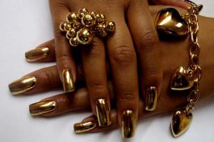 С помощью фольги вы можете превратить свои ноготки в золотое украшение
