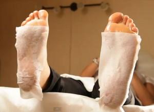 После ремувера на кожу стоп накладываются салфетки