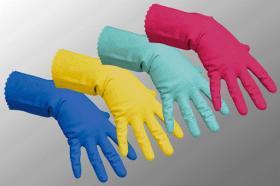Используйте хозяйственные перчатки для предотвращения негативного воздействия на кожу рук воды и моющих средств