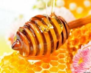 Мед - хорошее средство от трещин на коже пальцев рук