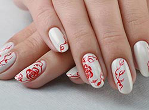 Если на вашем белом платье есть красные дополнения, то в маникюре на короткие ногти можно нанести рисунок красного цвета