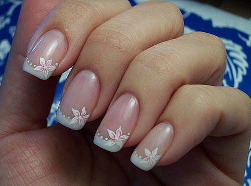 Рисунок в свадебном маникюре на коротких ногтях должен быть смещен в сторону